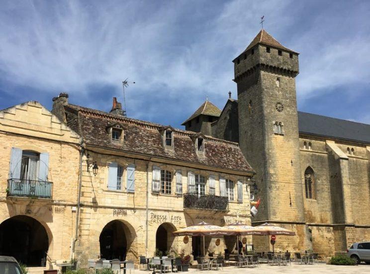 Beaumont-du-Périgord - Place et église